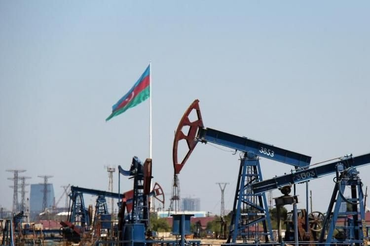 Azerbaijani oil price falls about 2.5 %